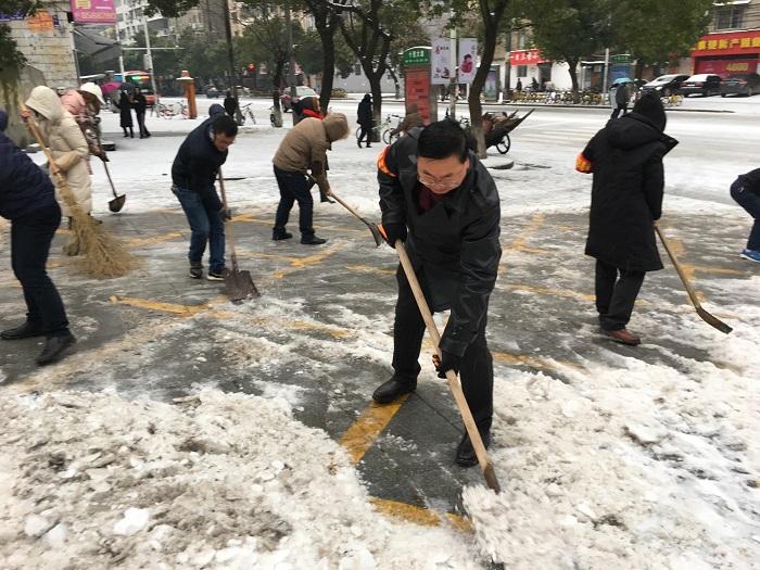 党员干部齐上阵清扫积雪暖民心