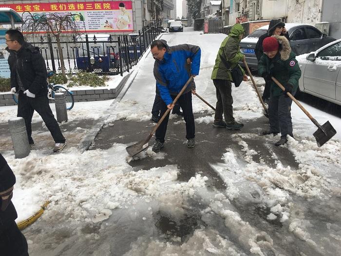 大雪满浔城,扫雪暖人心